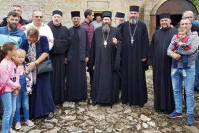 Канонска посета Епископа жичког Г. Јустина Цркви у Тијању