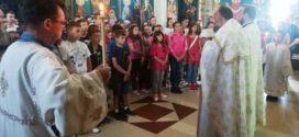 """Ученици и наставници ОШ """"Вук Караџић""""на молебану за почетак школске године"""